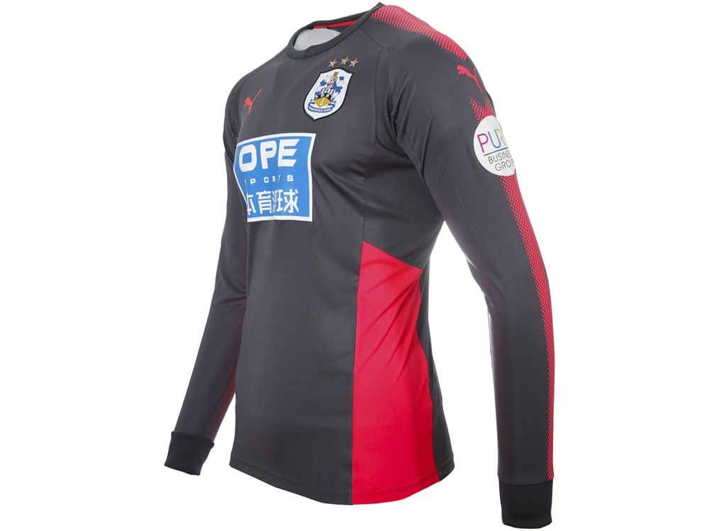 fc5c5bee11f This season s shirt is grey with a contrasting illuminous pink trim. The kit  features the PUMA dot design down the shoulder and the arms of the jersey  and ...